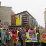 Plusieurs pancartes étaient accrochées devant la CCI de Grenoble. © Tim Buisson – Place Gre'net