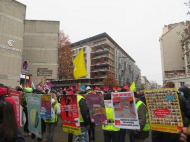"""Manifestation contre la loi """"sécurité globale"""" et la précarité devant la CCI de Grenoble. © Tim Buisson – Place Gre'net"""