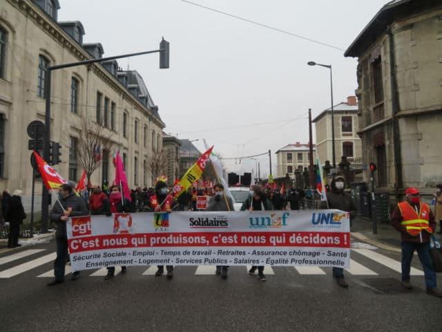Les manifestants ont remonté la rue Lesdiguères avant de terminer le rassemblement Place Verdun. © Tim Buisson – Place Gre'net