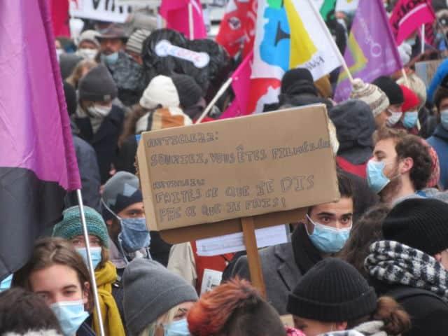"""Les manifestants souhaitent le retrait de la loi """"sécurité global"""". © Tim Buisson – Place Gre'net"""