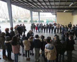 Les enfants ont récité le poème Liberté de Paul Eluard sous le préau de l'école Jean Jaurès. © Tim Buisson – Place Gre'net