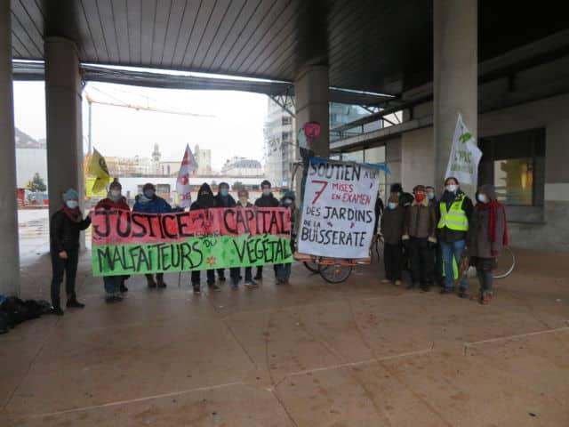 Une vingtaine de personnes étaient présentes vendredi 11 décembre pour afficher leur soutiens aux 7 personnes mises en examen. © Tim Buisson – Place Gre'net
