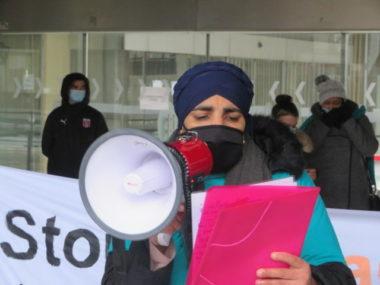 La ville de Grenoble et l'Alliance citoyenne face à face. Taous Hammouti membre de l'Alliance citoyenne. © Tim Buisson – Place Gre'net