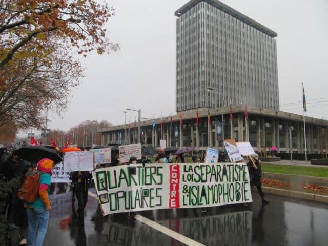 """Les organisateurs incluent le projet de loi contre le séparatisme parmi les """"lois liberticides"""" © Tim Buisson – Place Gre'net"""
