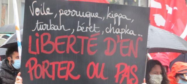 Les manifestants dénoncent les attaques dont sont victimes les musulmans en France. © Tim Buisson – Place Gre'net