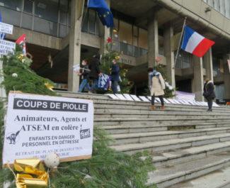 Les agents des écoles ont organisé un rassemblement jeudi 17 novembre devant l'hôtel de ville de Grenoble. © Tim Buisson – Place Gre'net