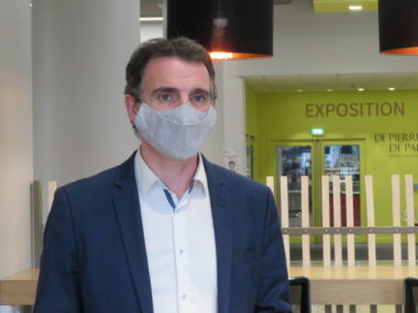Le maire de Grenoble Eric Piolle lors de la visite de fin des travaux de la bibliothèque d'étude et du patrimoine.© Tim Buisson – Place Gre'net