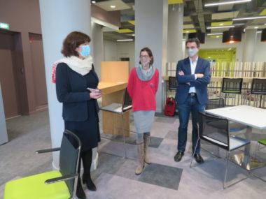 La Bibliothèque d'étude et du patrimoine rouvre ses portes. De gauche à droite : Isabelle Westeel, Lucille Lheureux et Eric Piolle. © Tim Buisson – Place Gre'net