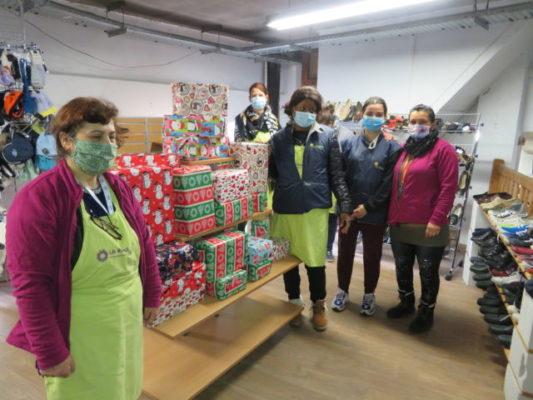 Les équipes de la remise ont offert 35 box de Noël à l'association Solenciel. © Tim Buisson – Place Gre'net
