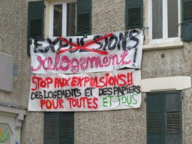 Banderole adossée à l'immeuble occupé depuis le 9 décembre. © Tim Buisson – Place Gre'net