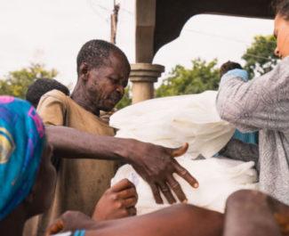 Dons de moustiquaires à la population togolaise. © Projet Togo