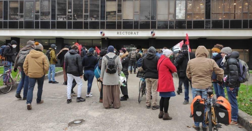 Une quarantaine de personnes se sont rassemblées devant le rectorat de Grenoble le 2 décembre 2020. © Florent Mathieu - Place Gre'net
