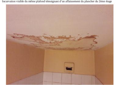 Insalubrité, mal-logement. Incurvation visible d'un plafond témoignant d'un affaissement du plancher du 2ème étage de l'immeuble d'Actis, abritant le restaurant scolaire de l'école du Jardin de ville