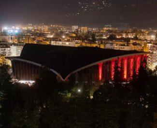 La Bastille et le Palais des Sports de Grenoble illuminés en rouge face à l'urgence climatique