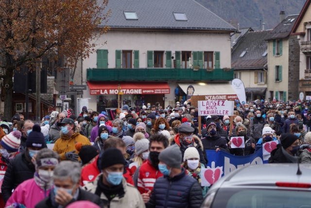 Rassemblement à Bourg d'Oisans mercredi 2 décembre © Luka Leroy - Office de tourisme des 2 Alpes