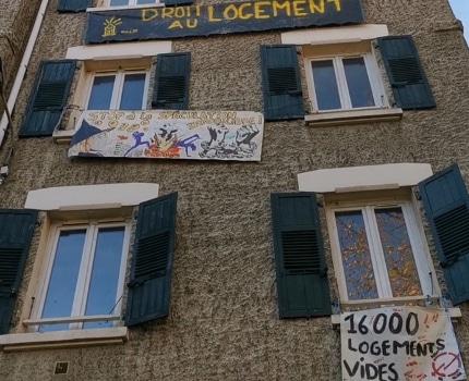 La façade du bâtiment squatté dont Go citoyenneté demande le rétablissement des fluides. © Joël Kermabon - Place Gre'net