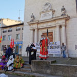 Des saynètes sont jouées devant quelque lieux culturels fermés de Grenoble. © Joël Kermabon - Place Gre'net