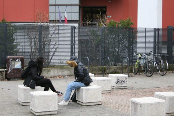 Deux collégiennes attendant devant Fantin-Latour. Fanny Seguela