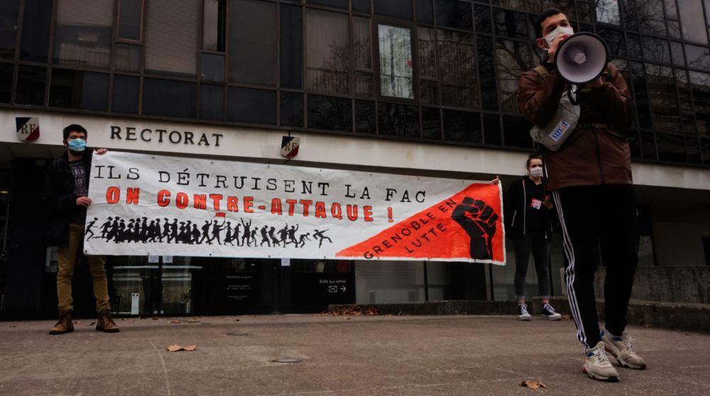 Grève dans l'Éducation nationale ce mardi 26 janvier. Les étudiants ont manifesté devant le rectorat de Grenoble face aux mesures prises pour raisons sanitaires © Simon Marseille - Place Gre'net