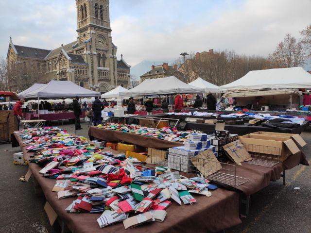 Si les vide-greniers ou brocantes sont interdits, les marchés comme celui de Saint-Bruno ont pu reprendre leur activité © Florent Mathieu - Place Gre'net