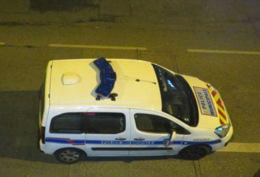 Une soirée clandestine rassemble 200 personnes en Isère. La voiture d'une patrouille de police nocturne à Grenoble. © Place Gre'net Tim Buisson