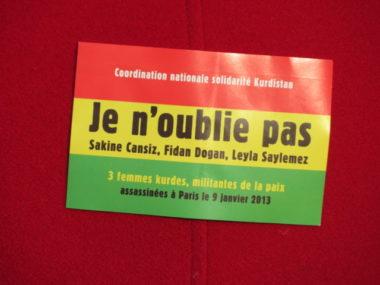 Sticker en soutien aux trois militantes kurdes assassinées en 2013 à Paris. © Tim Buisson – Place Gre'net