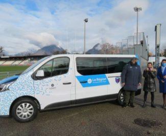 La région a acheté une cinquataine de minibus pour les mettre à disposition des clubs sportifs. © Tim Buisson – Place Gre'net