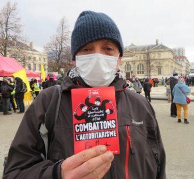 """Michel, militant au NPA, est mobilisé depuis novembre contre les """"lois liberticides"""". © Tim Buisson – Place Gre'net"""