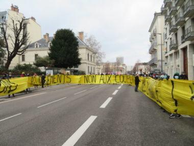 Les militants du Droit au logement ont déployé une banderole pour demander la réquisition des logements vacants. © Tim Buisson – Place Gre'net