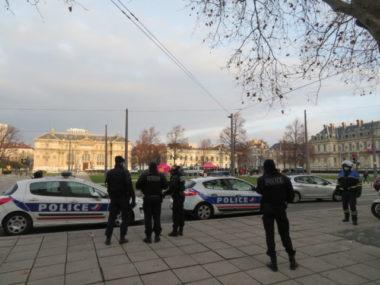 Isère : les organisateurs de la soirée clandestine jugés. Une patrouille de police à Grenoble. © Place Gre'net – Tim Buisson