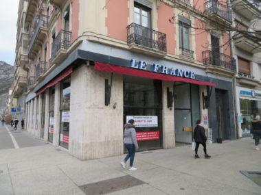 Grenoble : une pétition de 14 000 signatures contre KFC. L'ancien bar café Le France pourrait devenir un KFC. © Tim Buisson – Place Gre'net