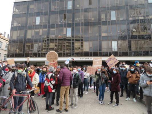 La manifestation s'est terminée devant le rectorat de Grenoble. © Tim Buisson – Place Gre'net