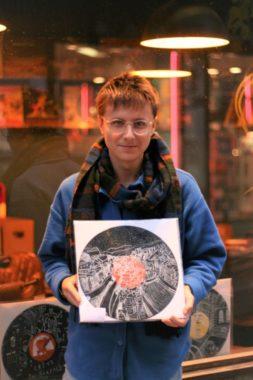 Matthieu Livrieri avec son oeuvre favorite : la vue de Grenoble depuis les bulles. © Fanny Seguela - placegre.net