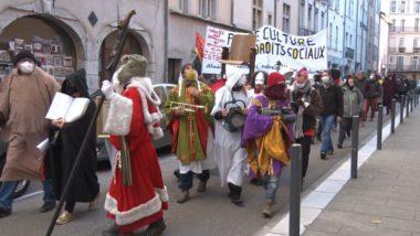 Une procession parodique pour réclamer la réouverture des lieux culturels. © Joël Kermabon - Place Gre'net