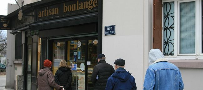 Tous les commerces en Isère pourront ouvrir les dimanches Clients faisant la queue devant une épicerie © Fanny Seguela - placegre.net