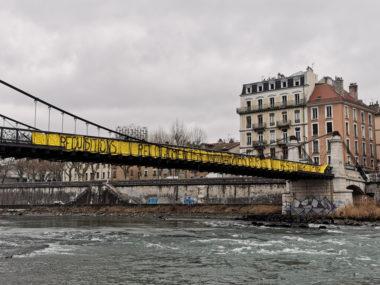 Le Dal 38 sur le pont en soutien des occupants de l'Abbaye. Une banderole résume les revendications des soutiens aux occupants de l'Abbaye. © Joël Kermabon - Place Gre'net