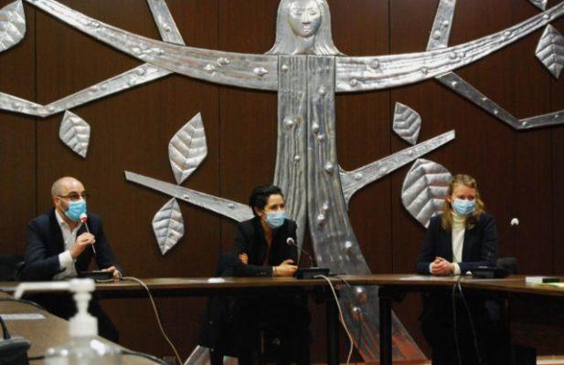 Sarah El Haïry, secrétaire d'État chargée de la Jeunesse et de l'Engagement, aux côtés de Arnaud Beaumont et Elodie Jacquier-Laforge. © Sarah Krakovitch - Place Gre'net