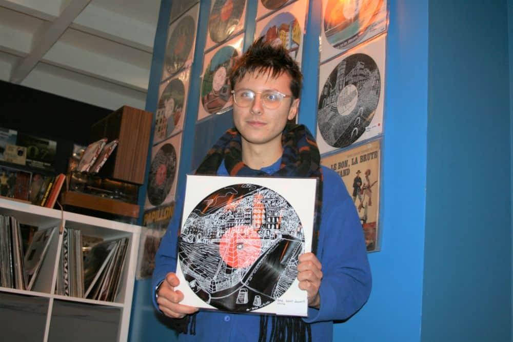 Au Mange-disque, Matthieu Livrieri se tient devant ses oeuvres. © Fanny Seguela - placegre.net