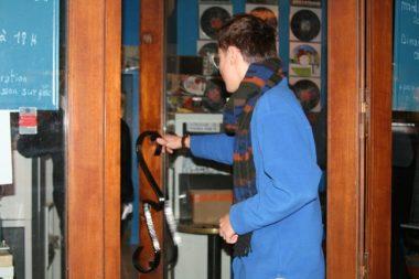 Matthieu Livrieri pousse les portes du nouveau disquaire-café, le Mange-disque. Au fond, ses oeuvres sont exposées. © Fanny Seguela - placegre.net