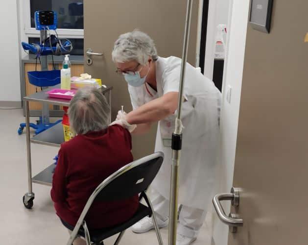 Les vaccinations ont aussi lieu dans d'autres structures, comme ici au service gérontologique de l'hôpital Sud de Grenoble © Florent Mathieu - Place Gre'net
