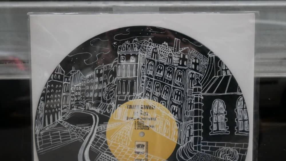 Exposition de Matthieu Livrieri composée de plus de 20 vinyles customisés et dessinés au Mange Disque, disquaire-café au 2 rue Genissieu à Grenoble.