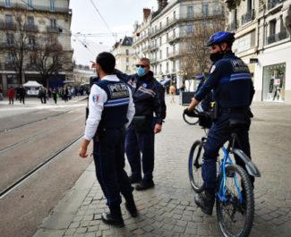 La police municipale veille au grain. © Joël Kermabon - Place Gre'net