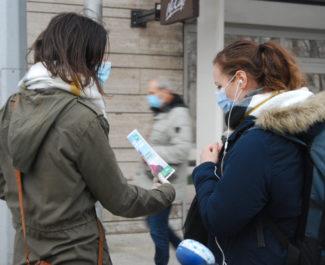 Distribution de tracts devant la gare de Grenoble ce 5 février 2021. © Sarah Krakovitch - Place Gre'net