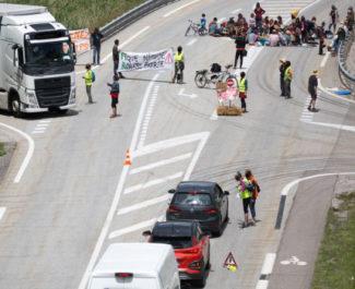Le collectif desLichens avait organisé un pique-nique le 17 juin 2020 contre les travaux de la RD1075. © Collectif des Lichens