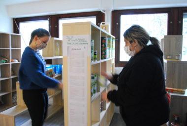 Bénévoles remplissant les stocks de l'épicerie solidaire Agoraé, 5 février, Saint Martin d'Hères. © Sarah Krakovitch – Place Gre'net