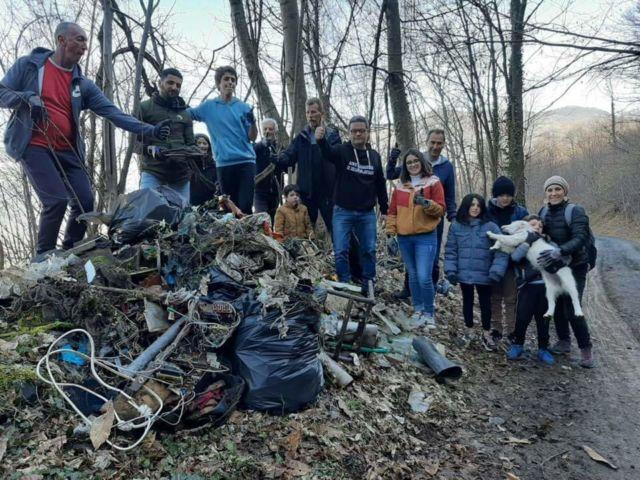 Les participants à l'opération de ramassage organisé par l'association J'm'attaque au stock de déchets plastiques prennent la pose © J'm'attaque au stock de déchets plastiques