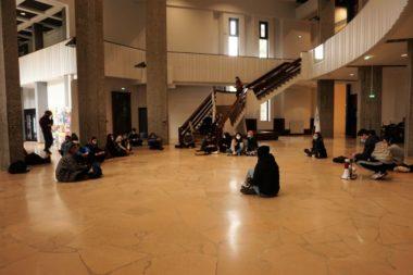 Les militants en plein sit-in dans le bâtiment Stendhal © Simon Marseille - Place Gre'net