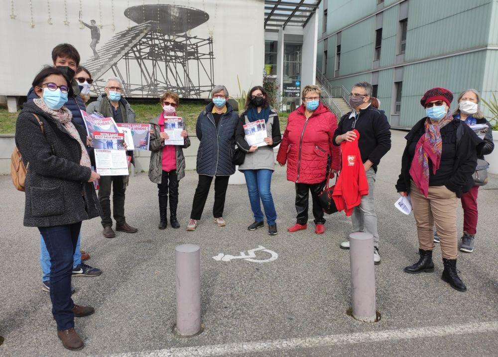 Les militants et responsables du PCF Échirolles se sont donnés rendez-vous devant l'Hôpital Sud jeudi 18 février pour dénoncer la politique de santé du gouvernement © Florent Mathieu - Place Gre'net