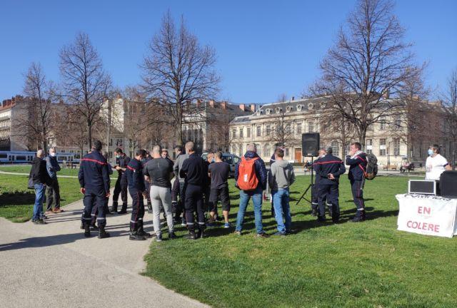 """Les """"pompiers en colère"""" du Sdis de l'Isère se sont donnés rendez-vous place de Verdun à Grenoble, devant la préfecture de l'Isère © Florent Mathieu - Place Gre'net"""
