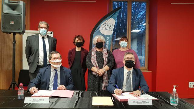 Marc Desjardins ( FIPHFP) et Christophe Ferrari signent la convention pour l'emploi des personnes en situation de handicap © Ville de Pont-de-Claix
